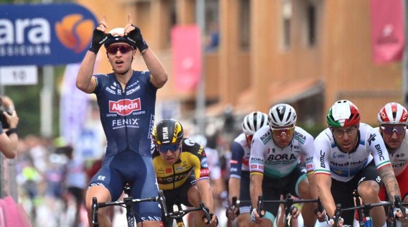 Ciclismo – Giro d'Italia – Tim Merlier vince la tappa 2 del Giro d'Italia Filippo Ganna ancora in maglia rosa.